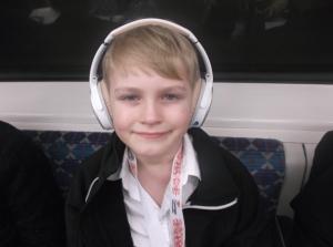 Alfred med sine støjreducerende Bose QuietComfort høretelefoner